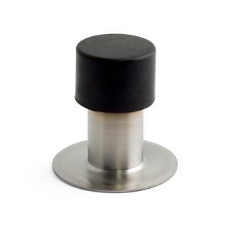 Dörrstopp av rostfritt stål för dold fastsättning med skruvstift. Skyddar dörr och vägg från slag och skador. För golv av trä eller sten. Levereras med skruvar och pluggar. Höjd 75 mm.