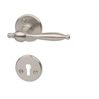 Dörrhandtag av mässing till innerdörr. Passar till dörrtjocklek 38-42 mm. Utsprång 65 mm.